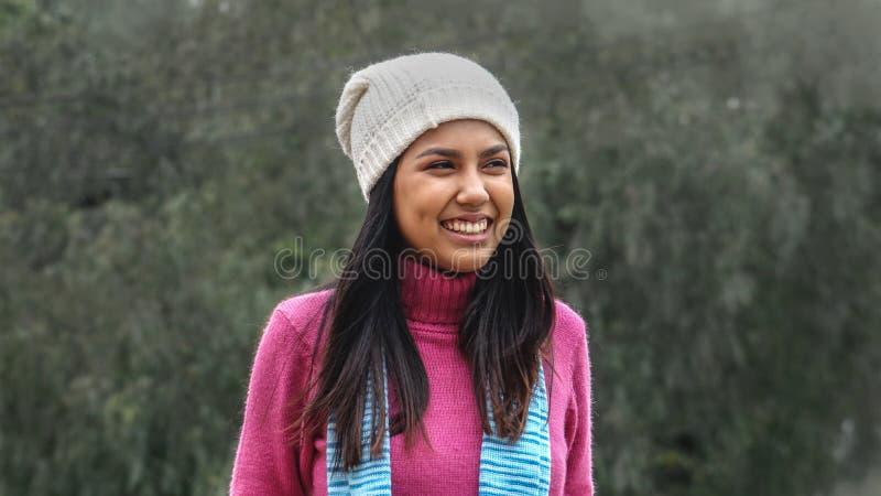 Roupa vestindo fêmea do inverno do jovem e da felicidade foto de stock royalty free