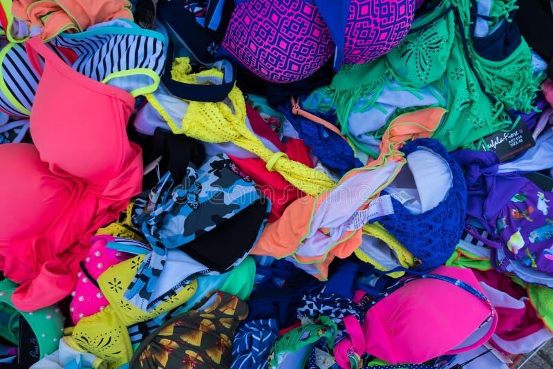 Roupas de banho do biquini das mulheres em uma cesta no mercado de rua do verão fotos de stock royalty free