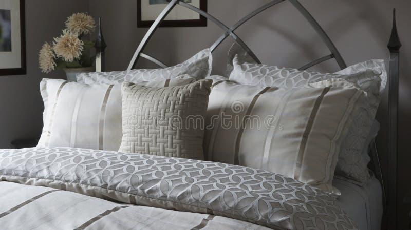 Roupas de cama e logros do descanso fotografia de stock royalty free