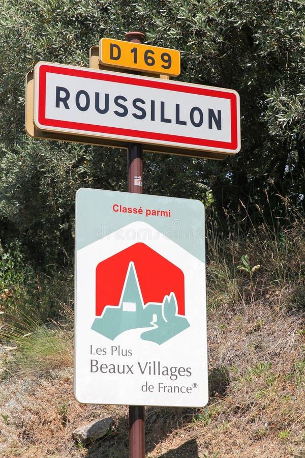 Roussillon-DorfVerkehrsschild und die schönsten Dörfer von Frankreich-Platte stockbilder