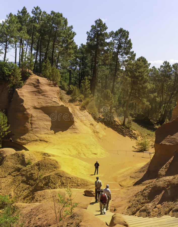 Roussillon ehemalige ockerhaltige Steinbrüche stockbild