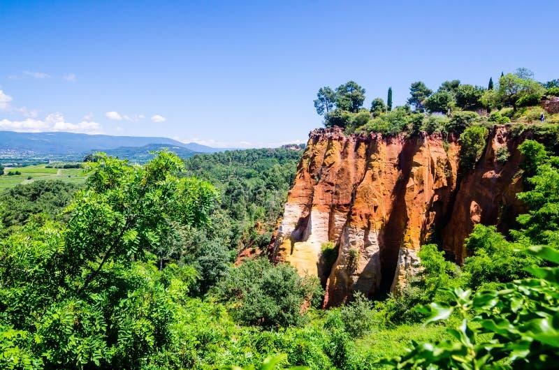 Roussillon, Frankreich - 14. Juni 2018 Ockerhaltiger Weg durch die roten Klippen von Roussillon Les Ocres stockfotos