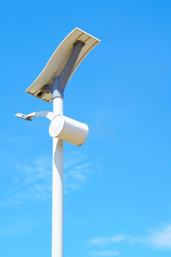 Route à énergie solaire de poteau léger image libre de droits