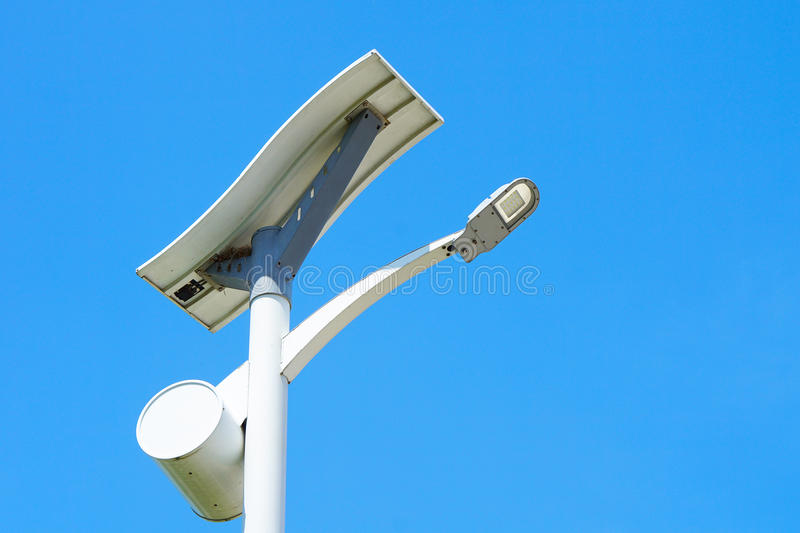 Route à énergie solaire de poteau léger images libres de droits