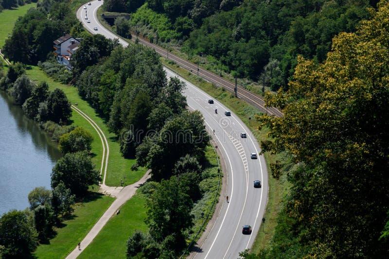 Route à deux voies à grande vitesse sur fond de nature magnifique Marquage de l'élargissement de la voie de virage et d'un photographie stock