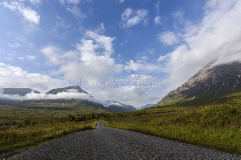 Route à Glen Etive dans les montagnes de Scotish, Ecosse, Royaume-Uni photo stock