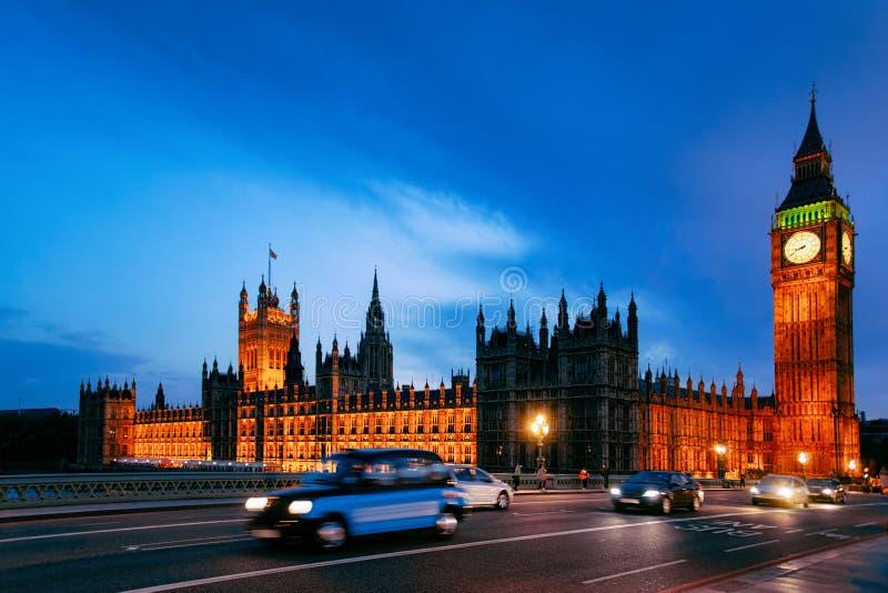 Route à grand trafic chez Big Ben dans le palais de Westminster à Londres photos libres de droits