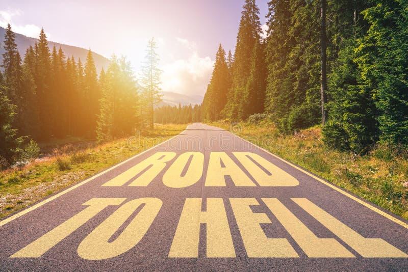 Route à l'enfer écrit sur la rue dans les montagnes Route au texte d'enfer sur la route image stock