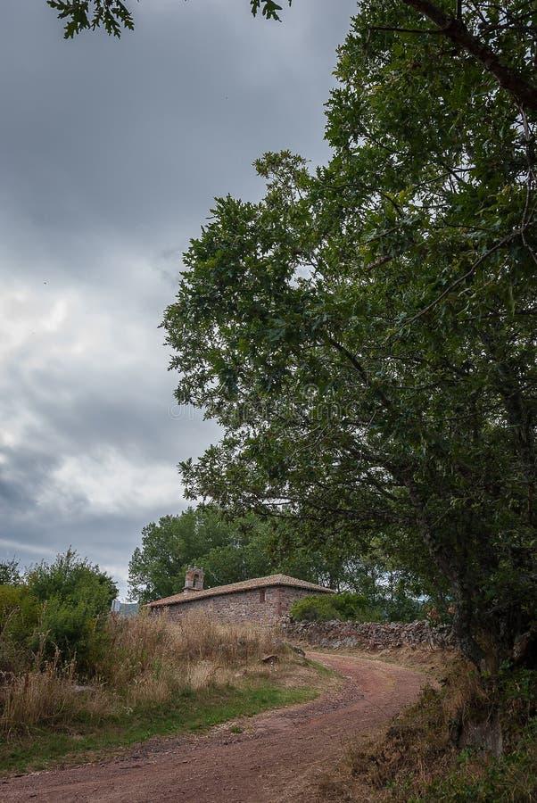 Route à l'ermitage de Brañosera en parc national de Fuentes Carrionas Palencia images libres de droits