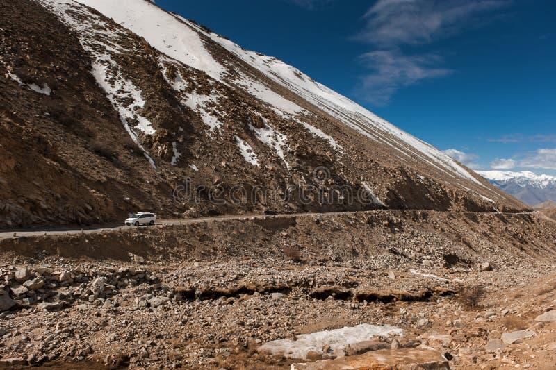 Route à la montagne de l'Himalaya dans le ladak, Inde de leh photos libres de droits