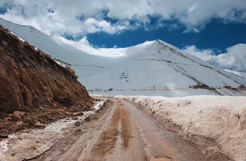 Route à la montagne de l'Himalaya dans le ladak, Inde de leh image libre de droits