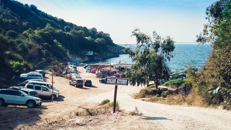 Route à la plage de Manastir, Ksamil, Saranda, Albanie, la Riviera albanaise, stationnement de voiture photo libre de droits