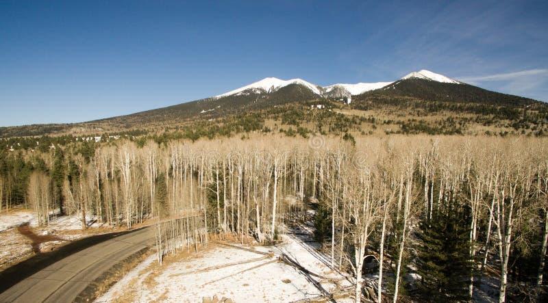 Route à neiger crête Arizona Etats-Unis du ` s de Humphrey de cuvette vers le sud-ouest photos stock