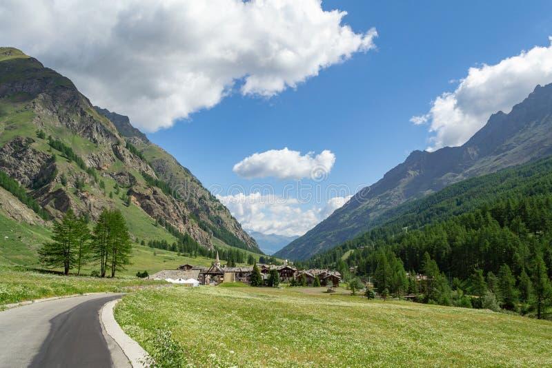Route à un petit village alpin photos stock