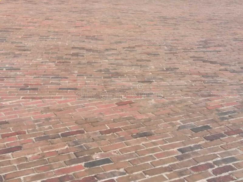 Route étendue belle par brique images stock
