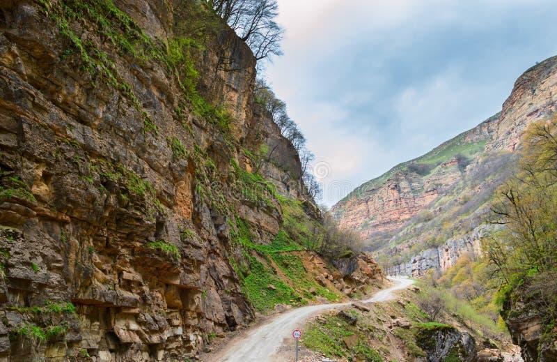 Route étroite dans les montagnes photos stock