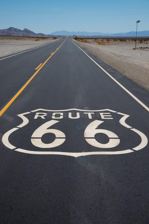Route 66 wegschild dat op weg in Californië wordt geschilderd royalty-vrije stock fotografie