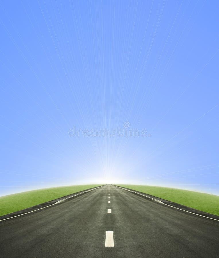 Route aboutissant dans le soleil images libres de droits
