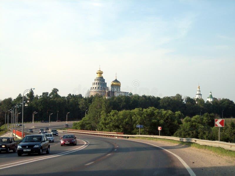 Route après le monastère avec un haut temple un jour ensoleillé photographie stock