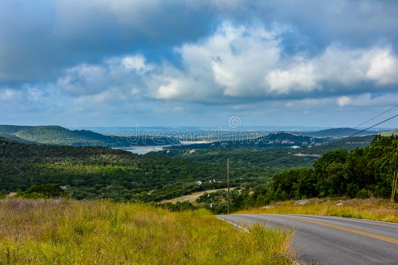 Route arrière dans le pays de colline photographie stock