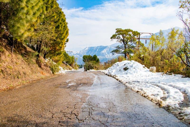 Route ascendante en hiver au dalhousie de banikhet Himachal Pradesh Inde avec plein latéral de la neige Vue scénique d'hiver de l photographie stock