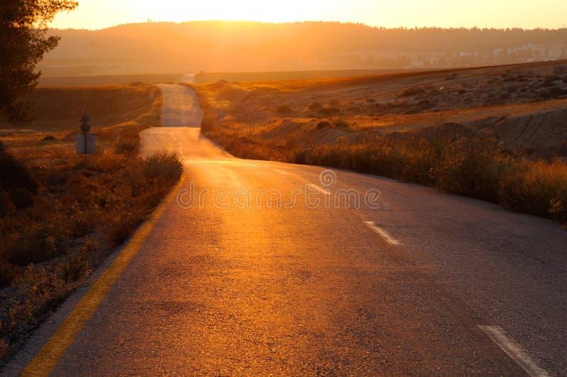Route au coucher du soleil image stock