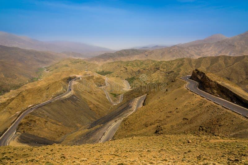 Route au passage de Tizi n Tichka en hautes montagnes d'atlas - Maroc image stock