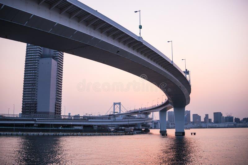 Route au pont en arc-en-ciel photos stock