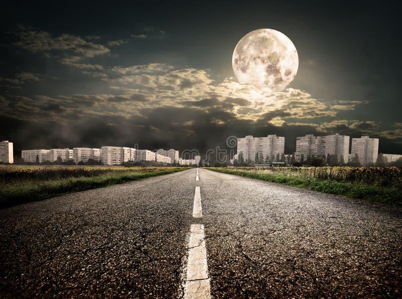 Route au secteur sous la lune images stock