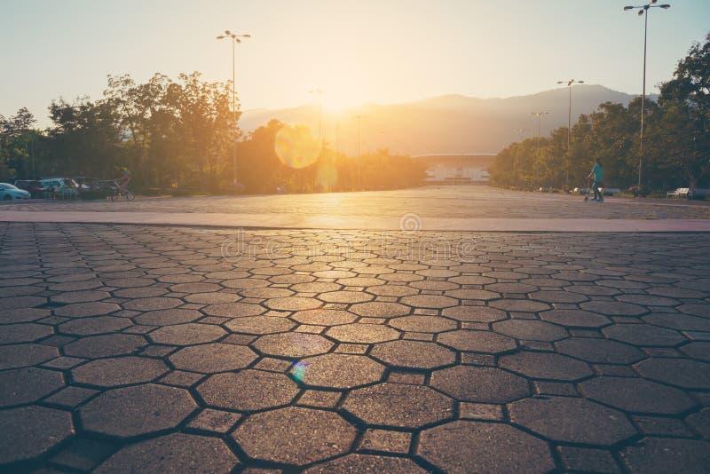 route au terrain de football grand de stade le temps de coucher du soleil photo stock