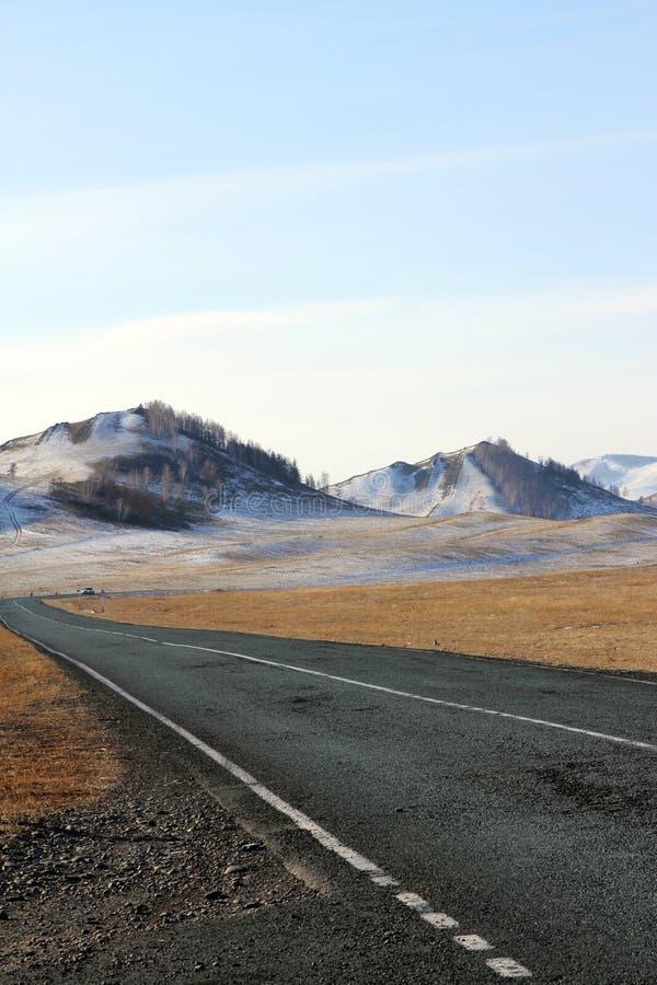 Route aux collines des montagnes de Sayan occidentales images libres de droits