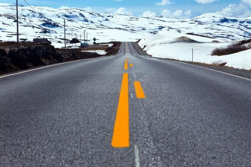 Route aux montagnes norvégiennes image stock
