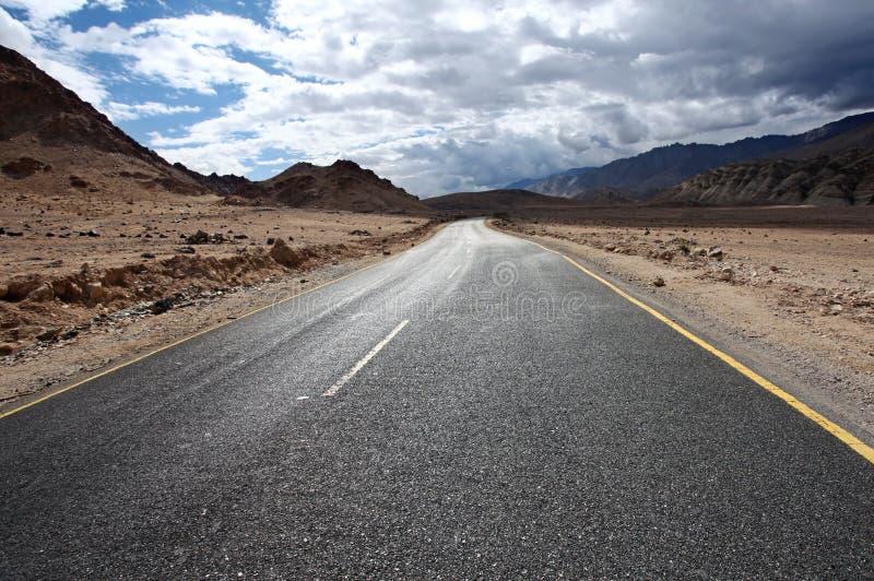 Route aux montagnes. Scénique de l'Himalaya photos stock