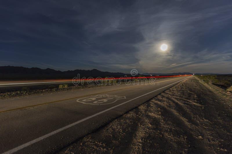 Route 66 avec la pleine lune et le train de strie photographie stock libre de droits