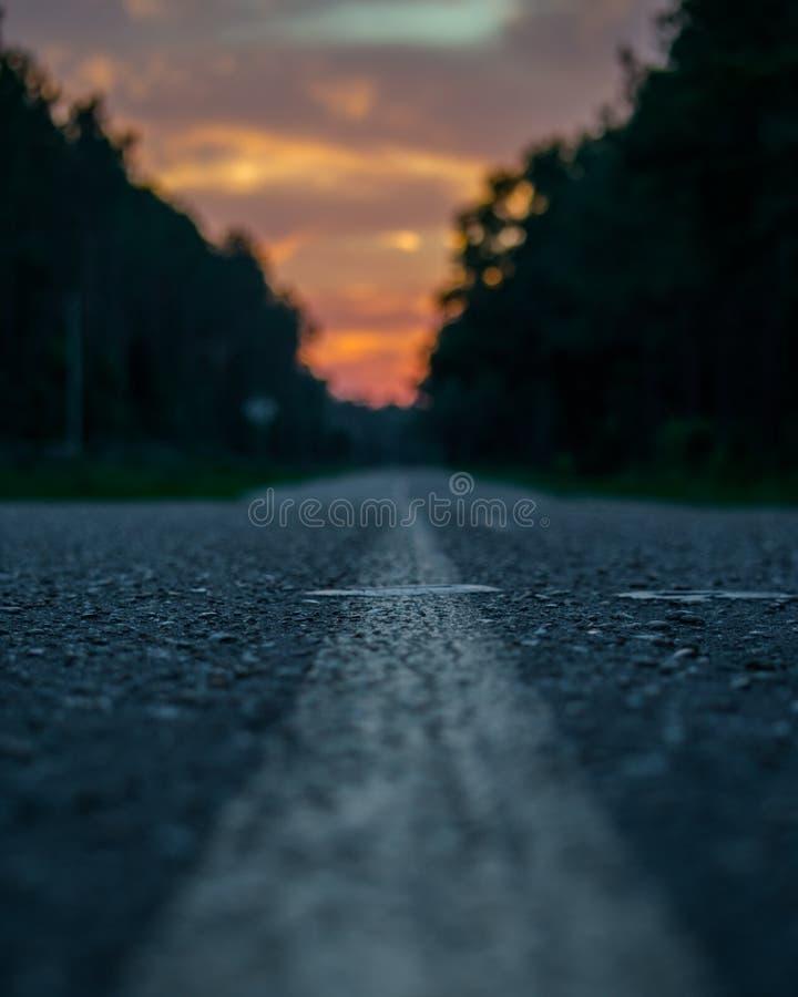 Route avec le coucher du soleil images libres de droits