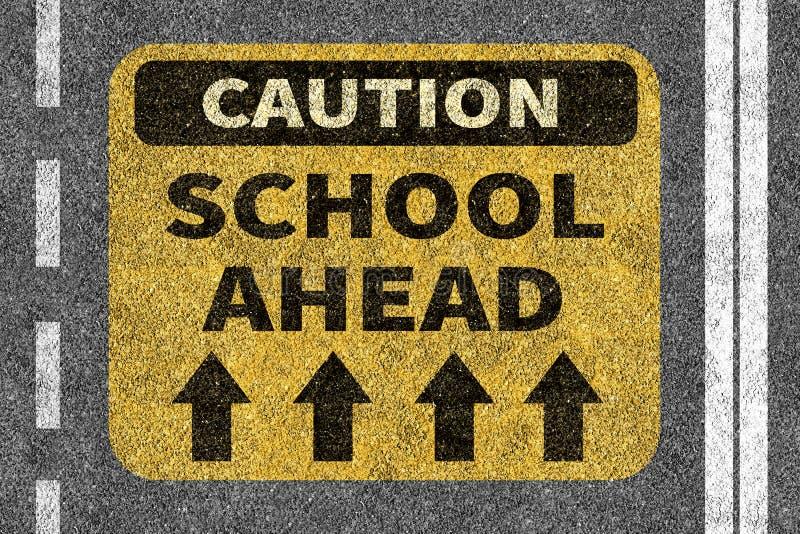 Route avec le signe de précaution d'école en avant illustration de vecteur