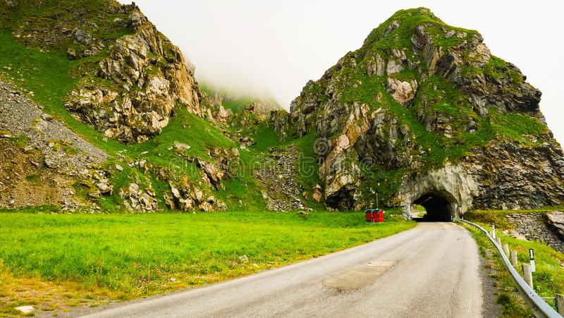 Route avec le vieux tunnel en montagnes Norvège photo stock