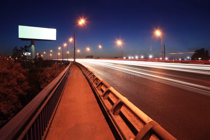 Route avec les lanternes et le panneau-réclame blanc images libres de droits