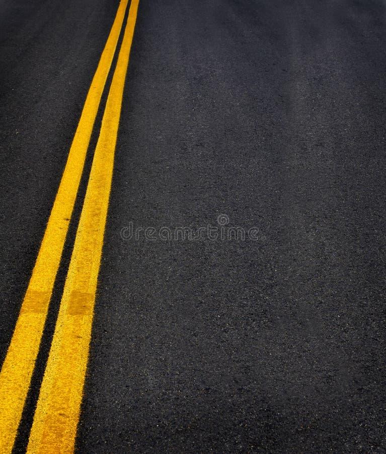 Route avec les lignes jaunes images stock