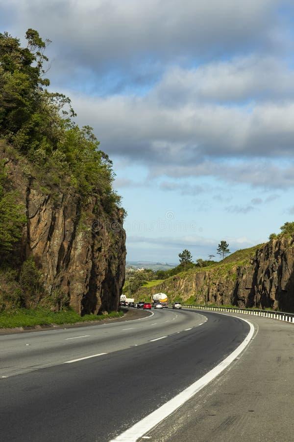 Route avec les murs en pierre un jour ensoleillé Route Presidente Castelo Branco, état de sao Paulo Brazil photo libre de droits