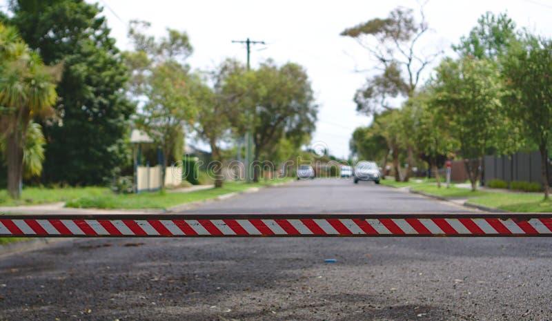Route blanche rouge de fermeture de barre de rayures photo stock