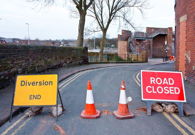 Route britannique fermée et signe de transfert photo stock