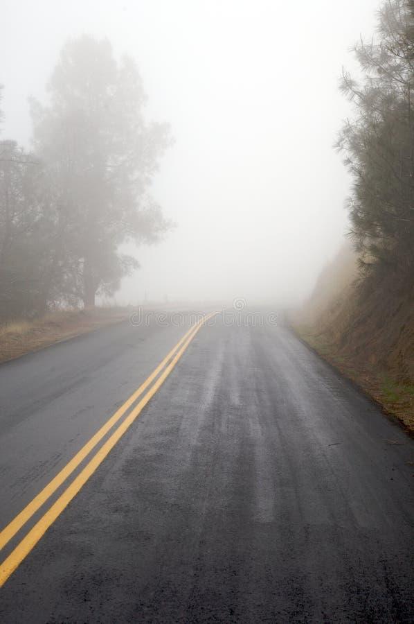 Route brumeuse photo stock