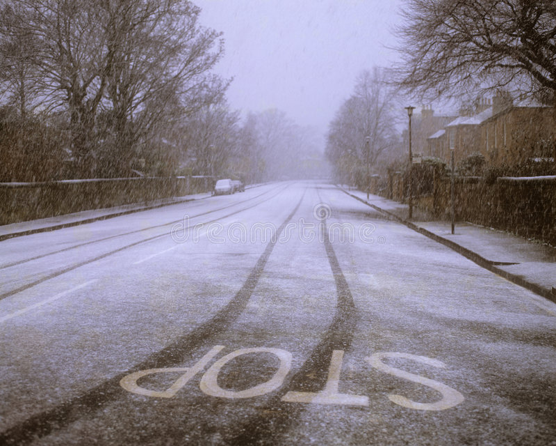 Route couverte dans la neige. images libres de droits
