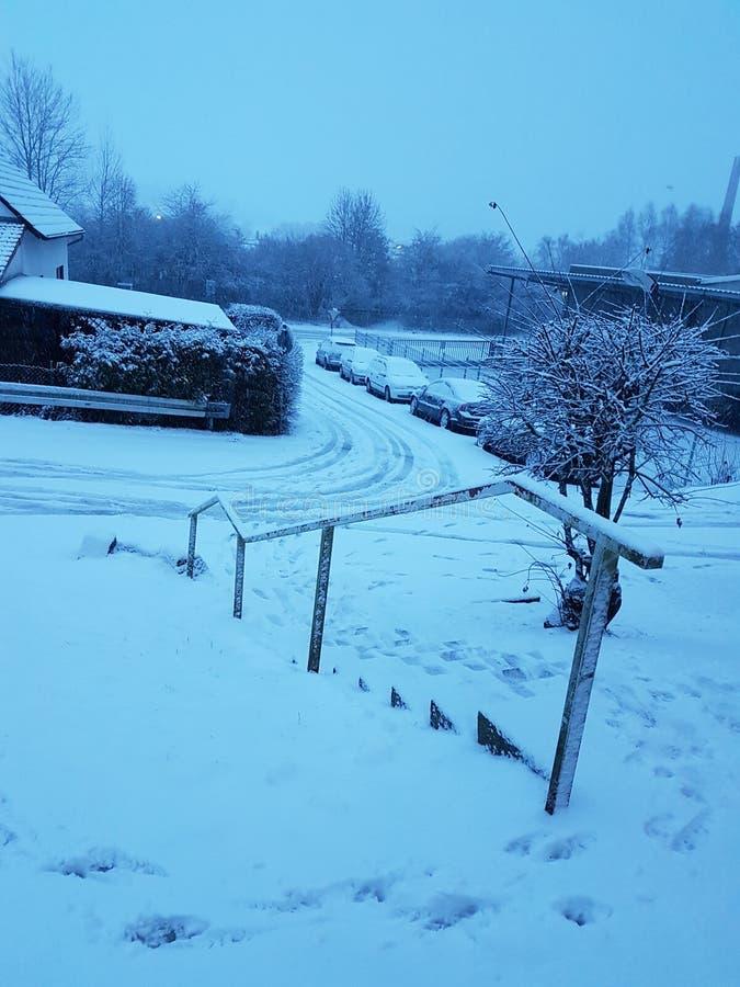 route couverte de neige et congelée en hiver photo libre de droits