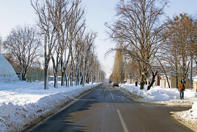 Route dégagée dans la ville en hiver de neige photographie stock libre de droits