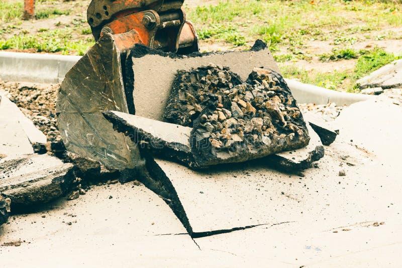 Route d'équipement de machines de seau d'excavatrice, travail images stock