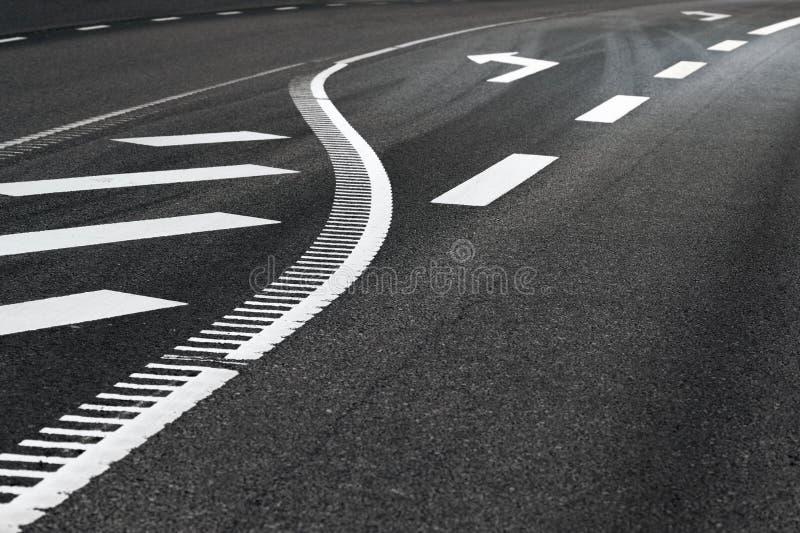 Route d'Asphjalt avec le signe de flèche photographie stock libre de droits