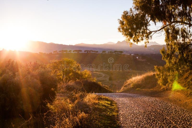 Route d'automne le long des collines, Espagne photographie stock libre de droits