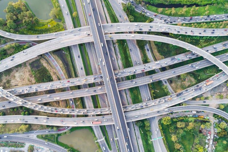 Route d'autoroute urbaine de cercle de trafic avec l'arbre vert images libres de droits